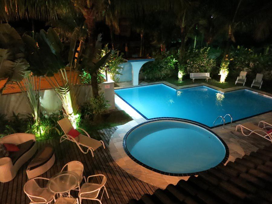 onde-se-hospedar-em-maresias-piscina-noite