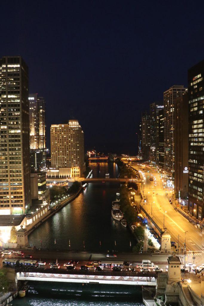 3-rooftops-em-chicago-the-terrace-at-trump-chicago-vista-frente-a-noite